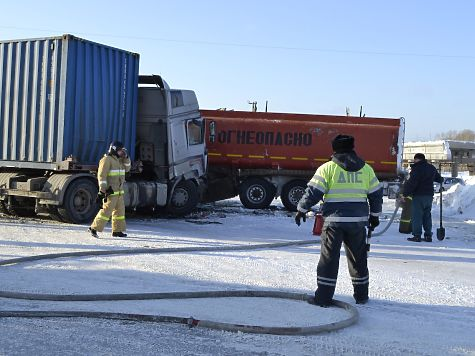 ВАлтайском крае временно перекрыли дорогу из-за столкновения фуры ибензовоза