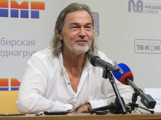 Никас Сафронов презентовал выставку в Барнауле