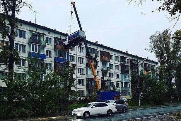 Романтик изБийска поднял «ГАЗель» напятый этаж автокраном