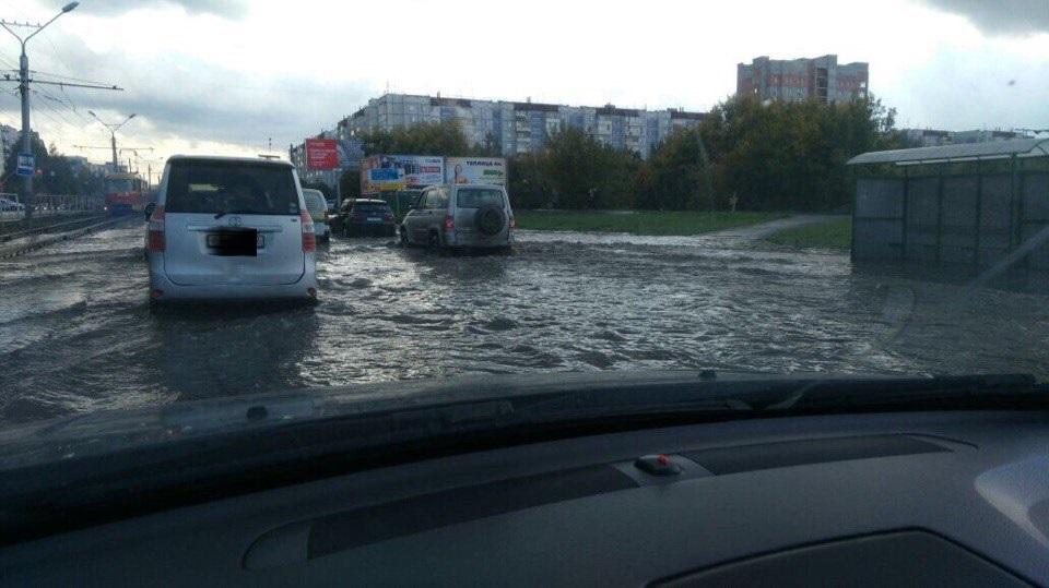 В Сети появились фото последствий после мощного ливня в Барнауле, вызвавшего потоп на городских дорогах