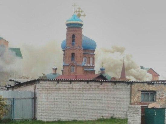 Мощный пожар охватил строение духовной семинарии уПокровского храма вБарнауле