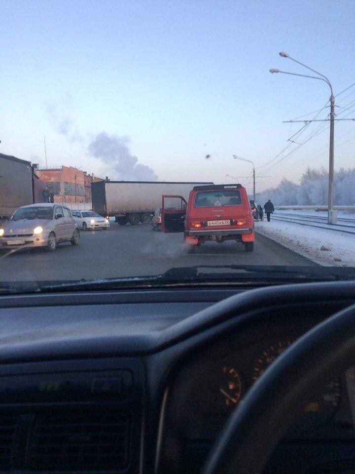 Появились фото из Барнаула, где фура перегородила один из самых оживленных проспектов