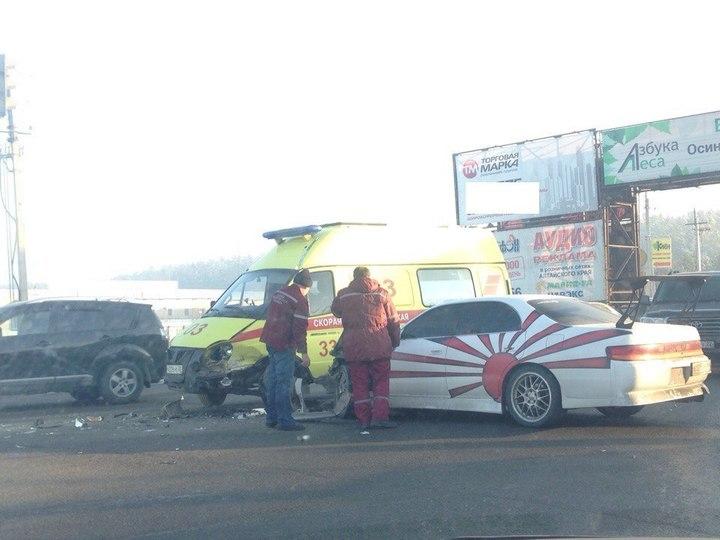 Жесткое ДТП вБарнауле: Тойота врезалась вмашину скорой помощи