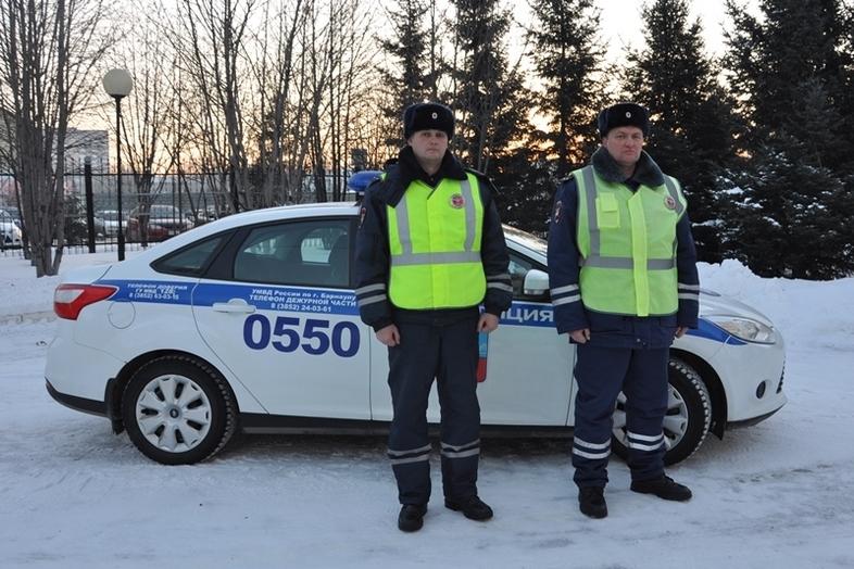 ВАлтайском крае полицейские спасли семью, замерзающую взаглохшем автомобиле