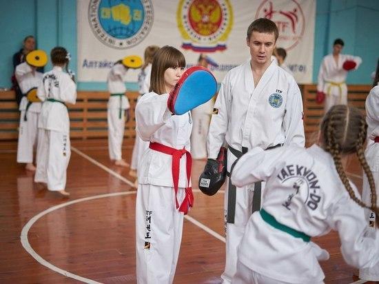 Четырехкратный чемпион мира по тхэквондо ИТФ провел семинар в Барнауле